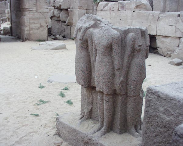 http://travel.helpix.ru/our/2005-egypt/karnak-pionerki.jpg